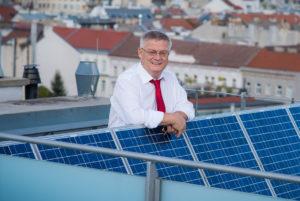 Portrait von Dr. Hans Kronberger bei Solarmodul